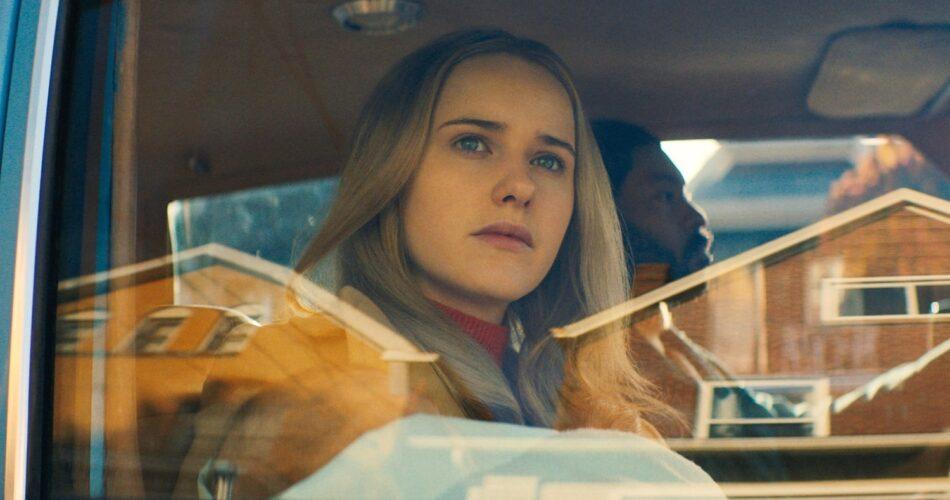 """Rachel Brosnahan i Arinzé Kene w filmie """"Twoja kobieta"""" (reż. Julia Hart, 2020)"""