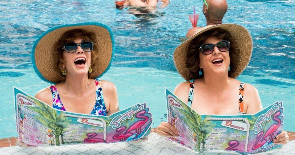 "Kristen Wiig i Annie Mumolo w filmie ""Barb i Star jadą do Vista Del Mar"" (reż. Josh Greenbaum, 2021)"